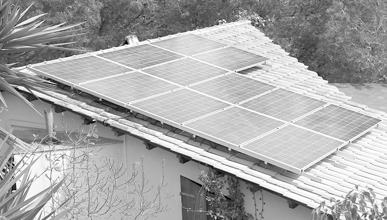 Photovoltaic solar installation with panels and battery